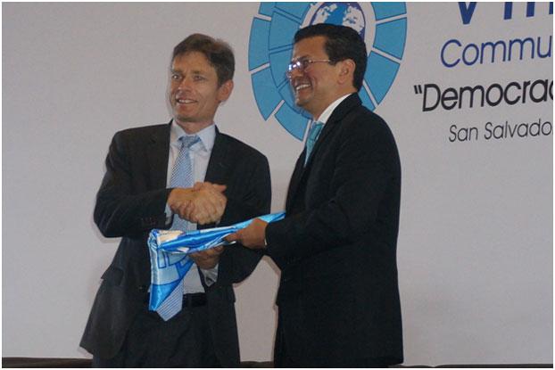 Bộ trưởng Ngoại giao San Salvador trao lá cờ của Cộng Đồng các Quốc gia Dân chủ cho Ông Tom Malinowski, Trợ lý Ngoại trưởng Hoa Kỳ tại Hội nghị cấp Bộ trưởng lần thứ VIII của Cộng đồng các Quốc gia Dân chủ họp tại thủ đô San Salvador từ ngày 21 tới ngày 24 tháng 7. RFA PHOTO/Ỷ Lan