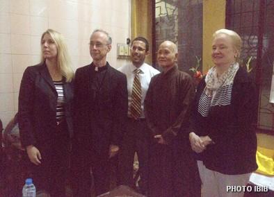 Phai đoàn Uỷ hội Hoa Kỳ Bảo vệ Tự do Tôn giáo Trên Thế giới chụp hình chung với Đức Tăng Thống