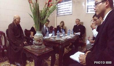 Đức Tăng Thống Thích Quảng Độ trình bày tình hình GHPGVNTN với Phái đoàn US Commission on International Religious Freedom
