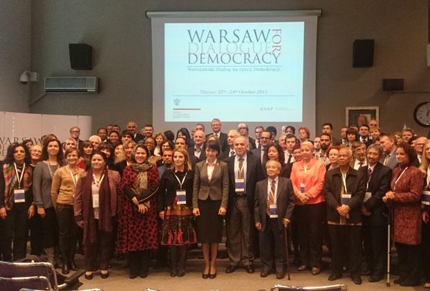 Bà Tiến sĩ Henryka Mościcka-Dendys, Thứ trưởng ngoại giao Ba Lan (đứng giữa), Nhà dân chủ đối lập Liên bang Nga, cựu quán quân đánh cờ Garry Kasparov (bên trái của Bà Henryka) và ông Võ Văn Ái. (RFA PHOTO/Ỷ Lan)