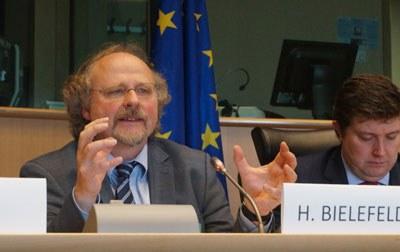 """Tiến sĩ Heiner Bielefeldt, Báo Cáo viên Đặc biệt LHQ về Tự do Tôn giáo hay Tín ngưỡng tại Cuộc Hội luận do Diễn Đàn Châu Âu về Bất Bao dung Tôn giáo (EPRID) tổ chức tại Quốc hội Châu Âu ở thủ đô Brussels, Vương quốc Bỉ, nhân kỷ niệm lần thứ 67 """"Ngày Nhân Quyền Quốc tế"""" hôm 10 tháng 12. RFA PHOTO/Ỷ Lan."""