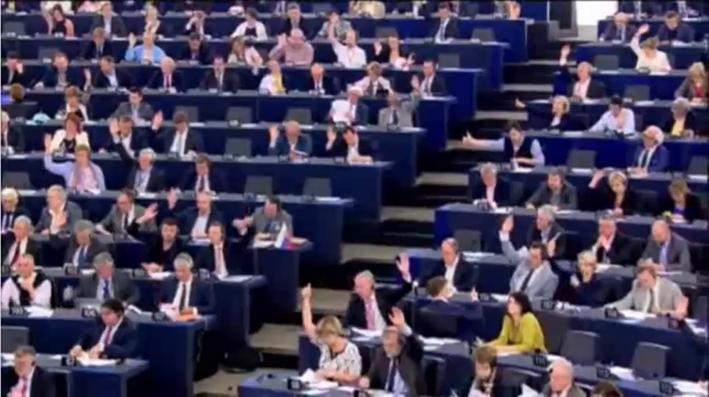 Biểu quyết thông qua Bản dự thảo Quyết Nghị chung của 6 chính đảng tố cáo Việt Nam vi phạm nghiêm trọng nhân quyền và tự do tôn giáo tại Việt Nam tại Quốc hội Châu Âu ở Strasbourg sáng thứ năm 9-6-2016. RFA PHOTO/Ỷ Lan