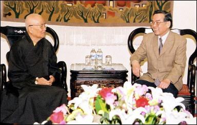 UBCV Patriarch Thich Huyen Quang ang Vietnamese Prime Minister Phan Van Khai in Hanoi (2 April 2003)