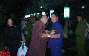Security agent in plain clothes prevents Buddhist monk from following Thich Quang Do – Photo IBIB