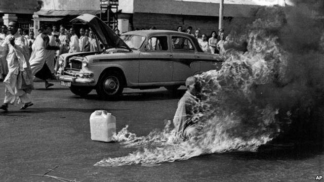 Phóng viên Malcolm Browne phỏng vấn hòa thượng Quảng Liên, phát ngôn viên chính của chùa Xá Lợi, ngày 27/6/1963 (Photo AP)
