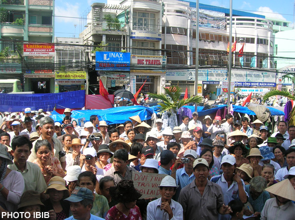 Demonstrators listening to Thich Quang Do