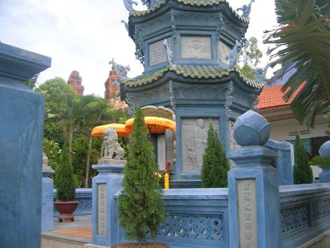 Bảo Tháp Đức cố Đệ tứ Tăng thống Thích Huyền Quang trong khuôn viên Tu viện Nguyền Thiều