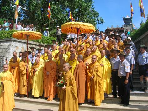 Chư Tôn Giáo phẩm Hội đồng Lưỡng Viện tiến về Chánh điện Tu viện Nguyên Thiều làm lễ Đại tường