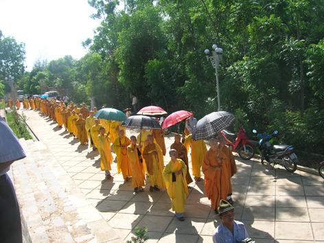 Chư Tôn Giáo phẩm Hội đồng Lưỡng Viện trên đường ra Bảo tháp Đức cố Tăng thống Thích Huyền Quang