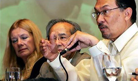 Vo Van Ai, centre, is pictured here with Anwar Ibrahim, right, and Penelope Faulkner. Pic: AP