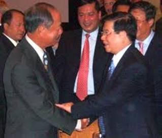 Nguyên Phó Tổng Thống VNCH Nguyễn Cao Kỳ và Chủ Tịch CHXHCN VN Nguyễn Minh Triết đang tay trong tay.