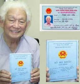 Nhạc Sĩ Phạm Duy với Sổ Hộ Khẩu và Chứng Minh Thư nhân dân.