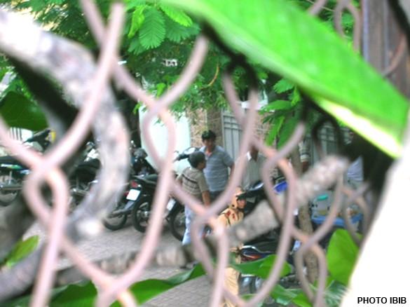 Đông đảo Công an thường phục và sắc phục đang canh trước cổng Thanh Minh Thiền viện