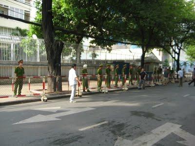 Tổng lãnh sự Trung Cộng ở 39 đường Nguyễn Thị Minh Khai. Nhiều người biểu tình bình luận : Họ không biết xấu hổ hay sao mà đứng gác nhiều thế !