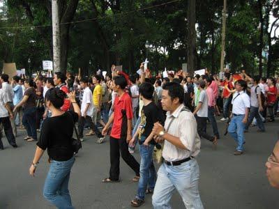 Đoàn biểu tình Sinh viên – Học sinh tiến về Lãnh sự quán Trung Cộng ở đường Nguyễn Thị Minh Khai