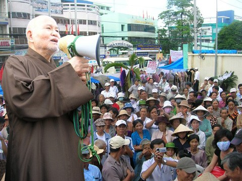 "Thich Quang Do addresses the ""Victims of Injustice"" demonstrating in Saigon in July 2007"