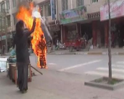 Ni cô Palden Choetso tự thiêu trên đường phố Tây Tạng, một phụ nữ phất khăn tang tiễn biệt