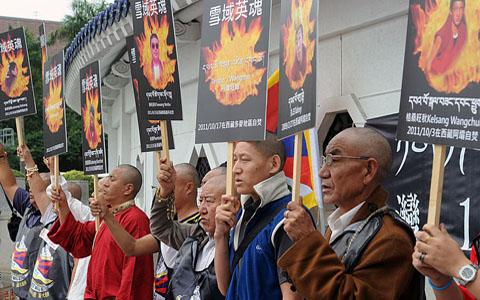 Biểu tình Tây Tạng tại Đài Bắc, Đài Loan hôm 19.10.10. Người biểu tình trương những hình tự thiêu tại Trung quốc