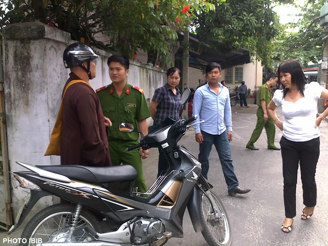 Chặn xe Đại đức Thích Thiện Phúc nơi cổng chùa Giác Minh