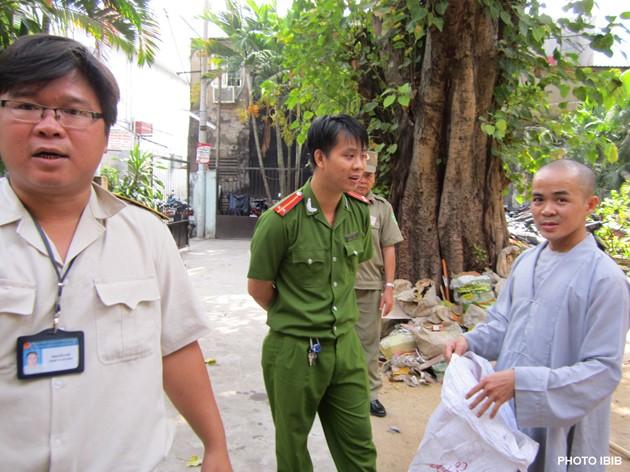 Dimanche 25 mars: la police est stationnée à l'intérieur et à l'extérieur de la pagoda Giac Hoa pour empêcher les bonzes de continuer les travaux (Photo IBIB)