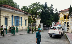 Police and security staff stand outside the Ho Chi Minh City courthouse, Sept, 24, 2012 (AFP)