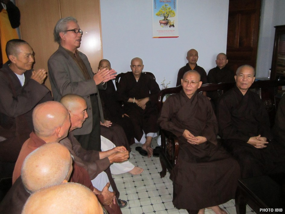 Buddhist Youth Movement leader Le Cong Cau reports on the movement's activities - Photo IBIB