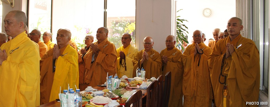 Monks celebrate the Memorial service - Photo IBIB