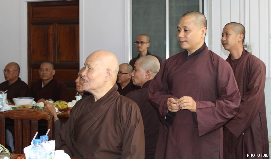 Patriarch Thich Quang Do and UBCV delegates at the lunch break Photo IBIB