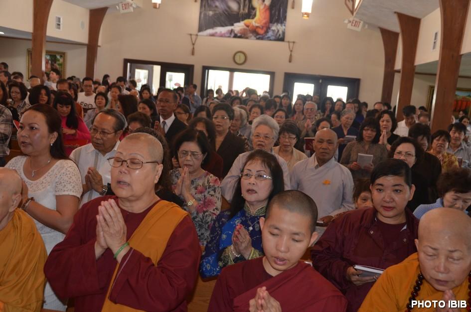 Phật tử tại ngôi hùng điện chùa Pháp Luân tham dự lễ Bách Nhật – Hình PTTPGQT