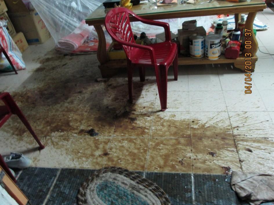 Nước thối xối vào nhà Blogger Huỳnh Ngọc Tuấn 12 giờ 30 khuya ngày 3 đến 4.4.2013
