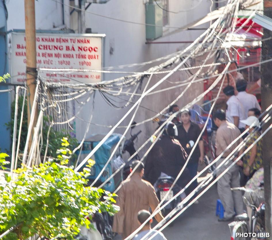 Công an măc thường phục tràn vào ngõ hẻm chùa Giác Hoa chủ nhật 5.5.2013 không cho ai ra khỏi chùa – Hình PTTPGQT