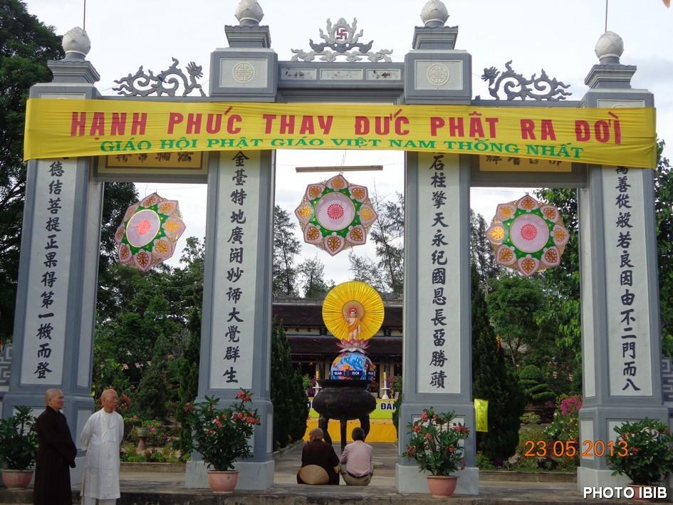 Cổng tam quan vào Tổ đình Quốc Ân nơi đặt Lễ đài chính Đại lễ Phật Đản P.l. 2557 – Hình PTTPGQT