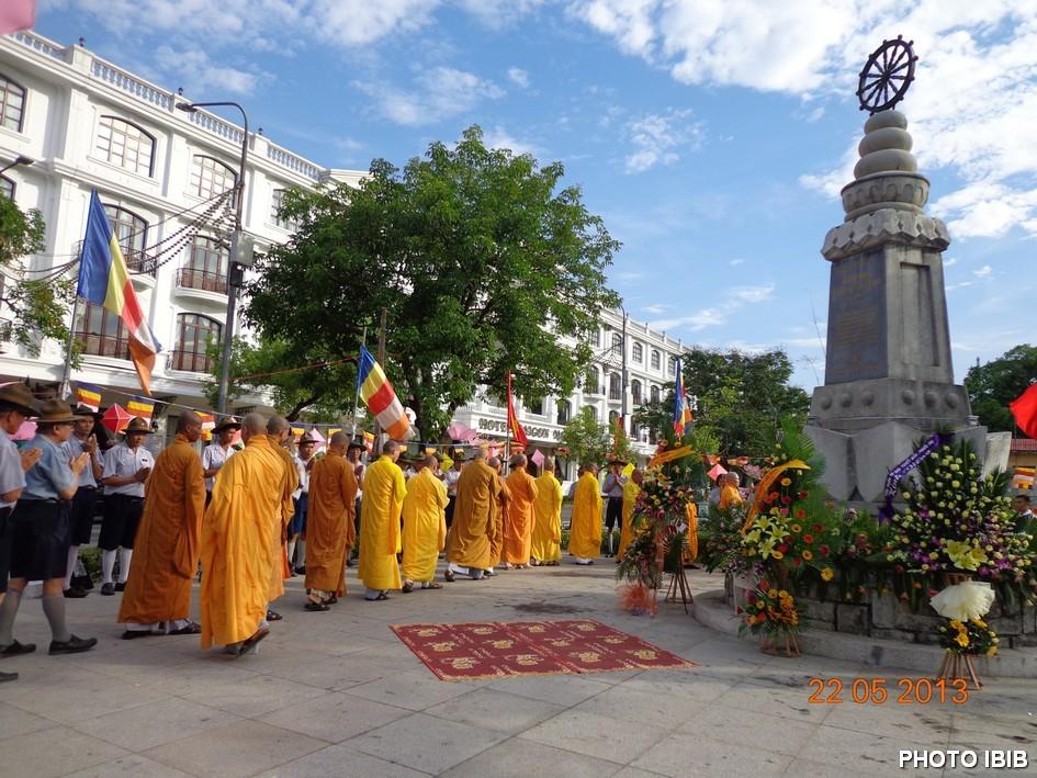 Chư Tăng và Phật tử đến đặt vòng hoa tưởng niệm chư Thánh tử đạo tại Đài Tưởng niệm đầu đường Lê Lợi gần cầu Trường tiền Huế - Hình PTTPGQT
