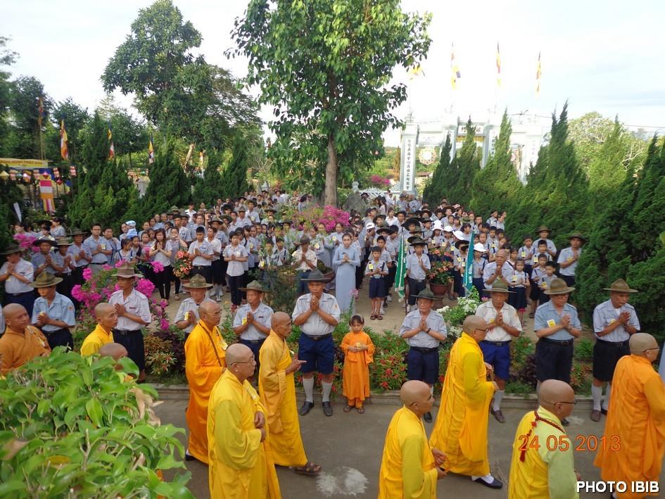 Đoàn sinh Gia Đình Phật tử Việt Nam cung nghinh chư Tăng vào Lễ đài Phật Đản – Hình PTTPGQT