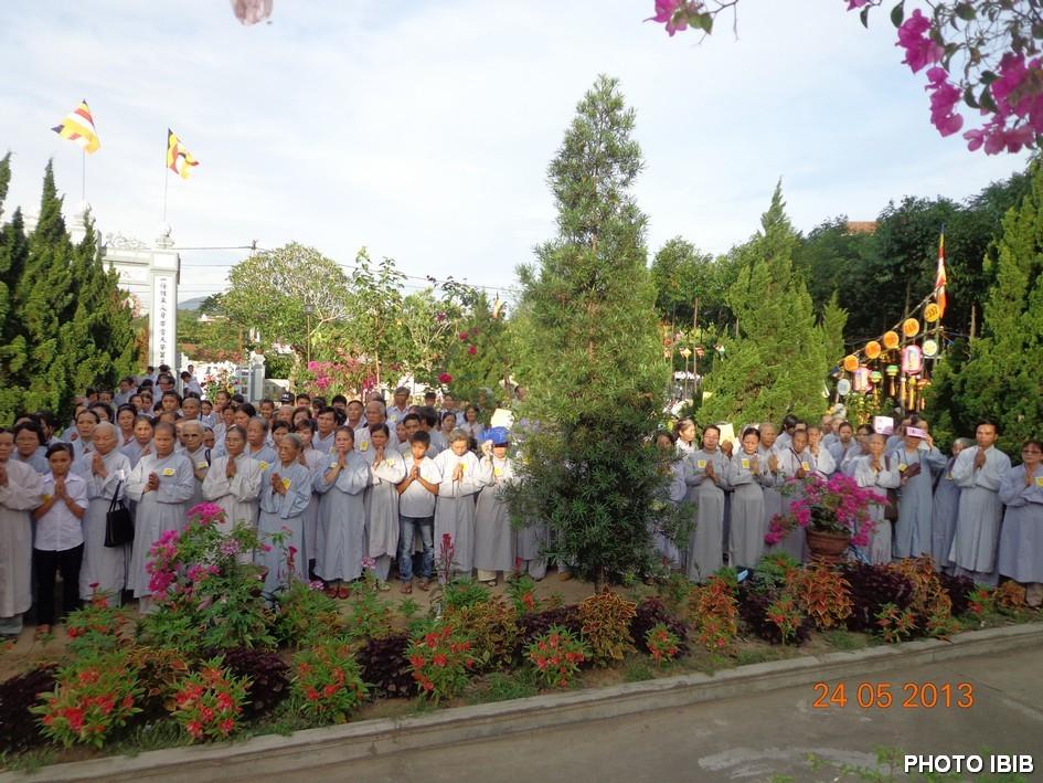 Phật tử Huế cung nghinh chư Tăng vào Lễ đài Phật Đản - Hình PTTPGQT