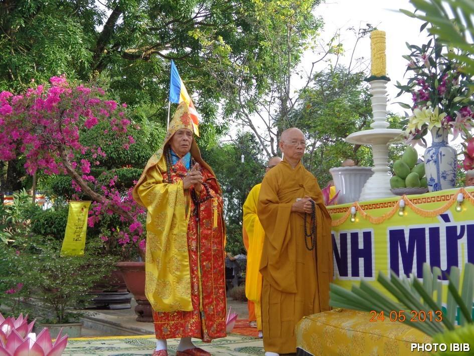 Hòa thượng Thích Diệu Tánh (trái) và Hòa thượng Thích Thiện Hạnh (phải) tại Lễ đài - Hình PTTPGQT
