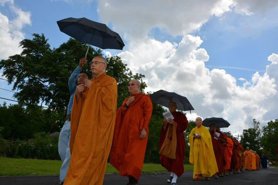 Chư Tăng Ni thiền hành Phật Đản trong khuôn viên chùa Pháp Luân