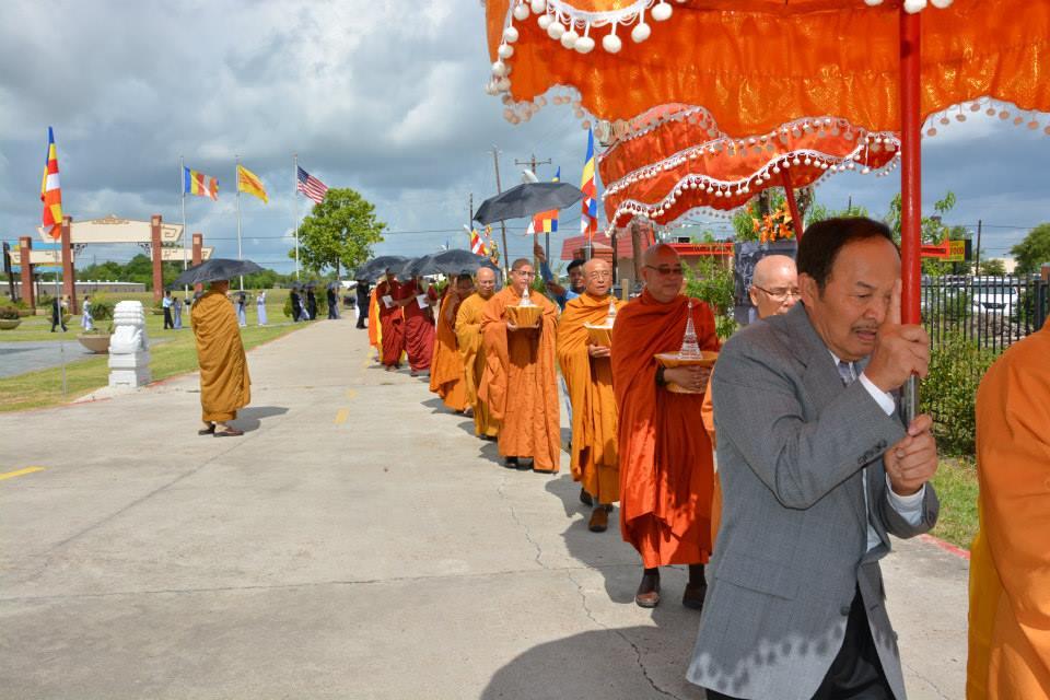 Chư Tăng rời Chánh điện chùa Pháp Luân thiền hành về khu vườn Phật cảnh
