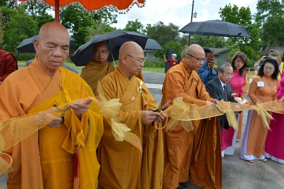 Chư Tăng và Cư sĩ cắt băng khánh thành Vườn Phật cảnh