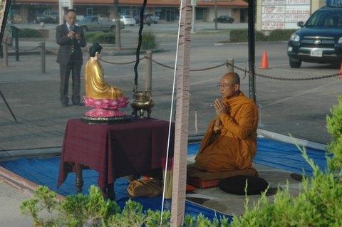 8 giờ sáng thứ năm 25.7, Hòa thượng Thích Huyền Việt khai kinh trước khi tuyệt thực tại thành phố Houston – Photo Phúc Như
