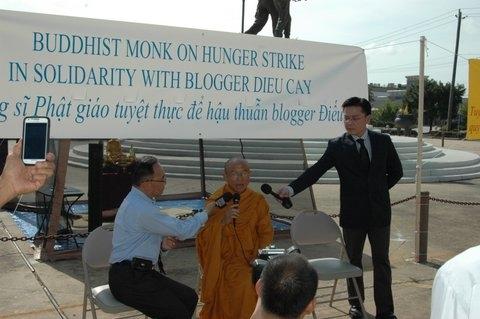 10 giờ sáng thứ năm 25.7, Hòa thượng Thích Huyền Việt tuyên bố lý do tuyệt thực và trả lời báo chí, truyền thông - Photo Phúc Như