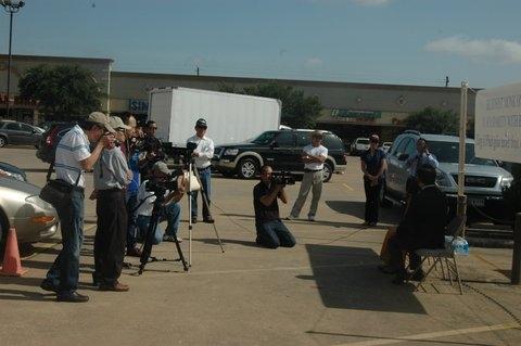 Báo chí, truyền thông ở tp Houston đến tham dự cuộc Họp báo của HT Thích Huyền Việt tại Đài Tưởng niệm Việt – Mỹ - Photo Phúc Như