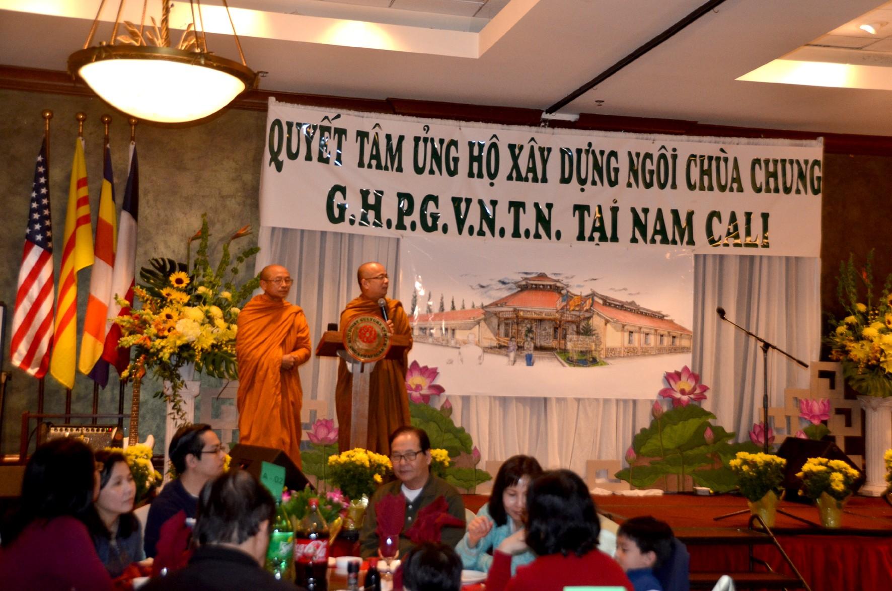 Hòa thượng Thích Huyền Việt, Trưởng ban Tổ chức cùng Thượng tọa Thích Giác Đẳng chào mừng quan khách tại thành phố Houston hôm 7.12.2014