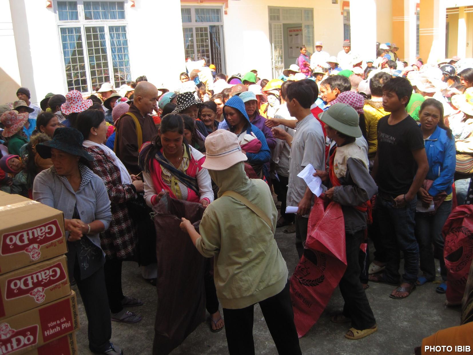 Đồng bào dân tộc ít người tụ họp rất đông để nhận Quà Tết Ất Mùi 2015