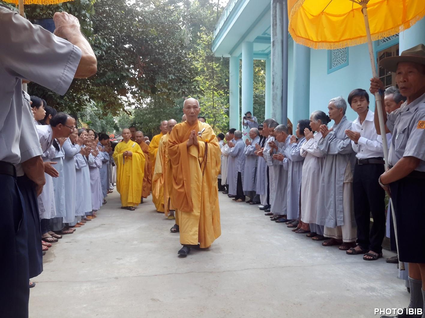 Hoà thượng Thích Thanh Quang, Phó Viện trưởng Viện Hoá Đạo, cùng chư Tăng Long Quang tiến vào phương trượng rước pháp thân ngài