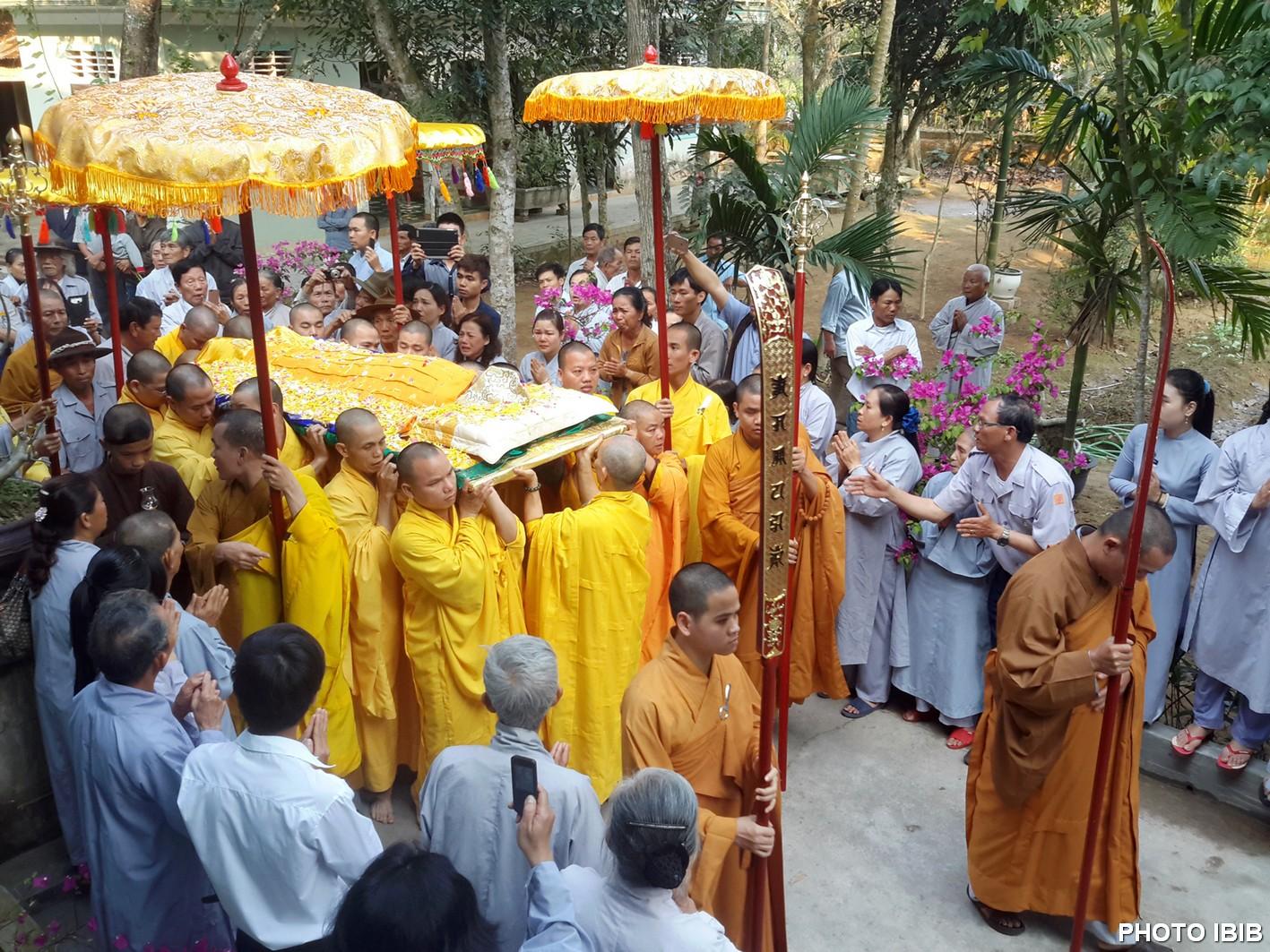 Chư Tăng Long Quang di chuyển pháp thân Hòa thượng Viện trưởng về nơi tôn trí