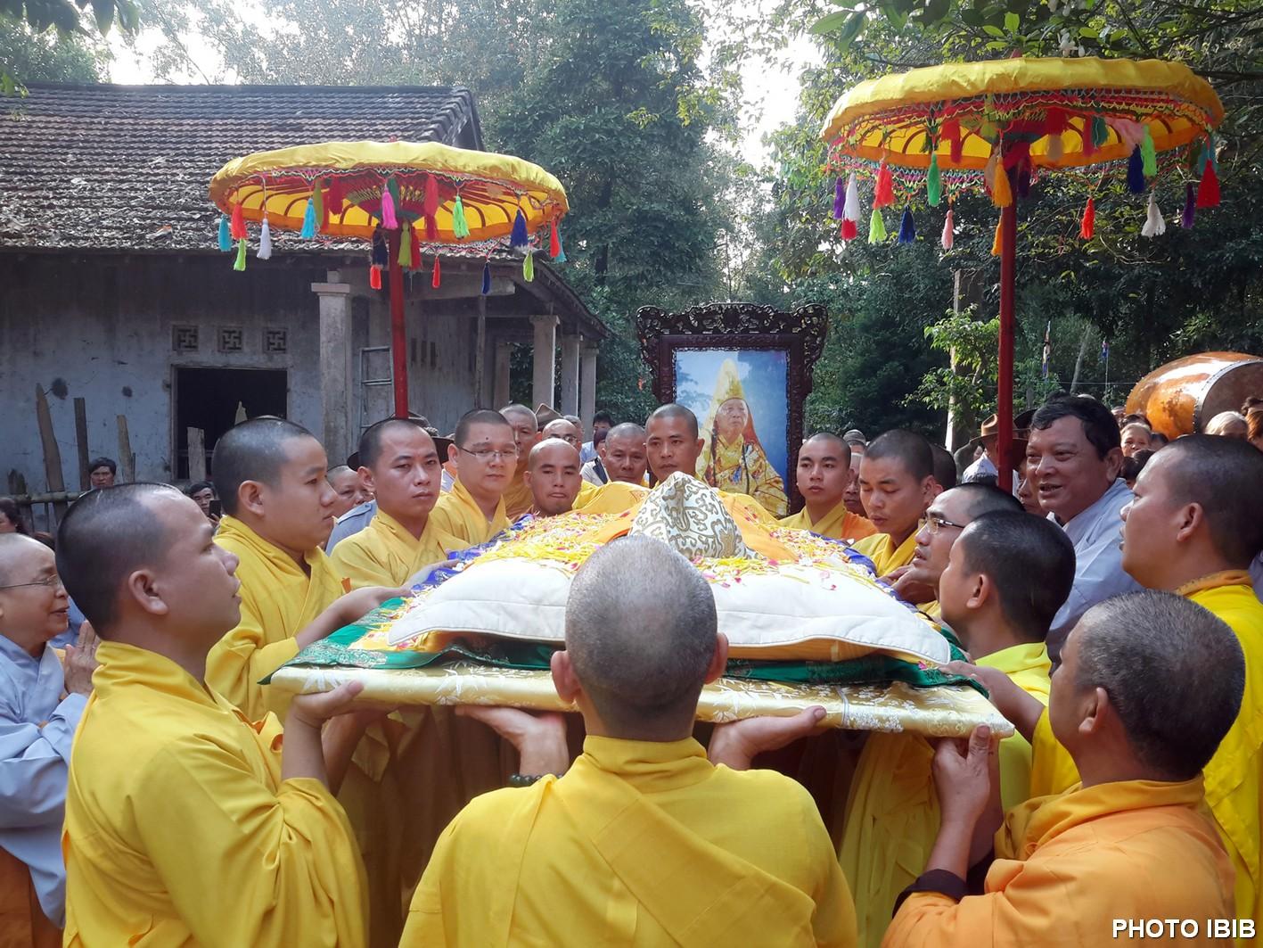 Chư Tăng Long Quang rước pháp thân Hòa thượng Viện trưởng về nơi tôn trí