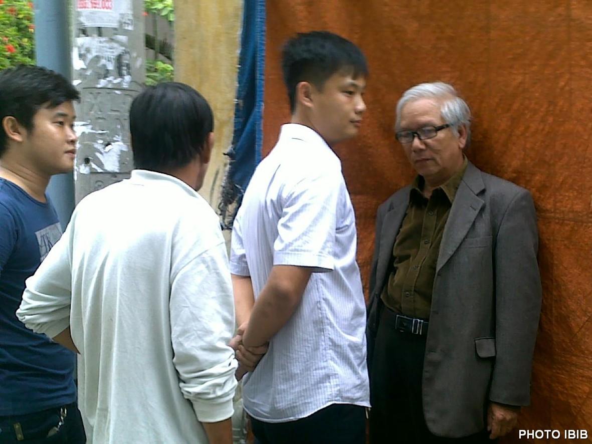 Photo d'archive: Policier en civil harcelant Le Cong Cau à Danang en 2012