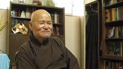 Hòa thượng Thích Quảng Độ, Tăng Thống của Giáo hội Phật giáo Việt Nam thống nhất, tiếp tục bị quản chế tới nay, theo tác giả.