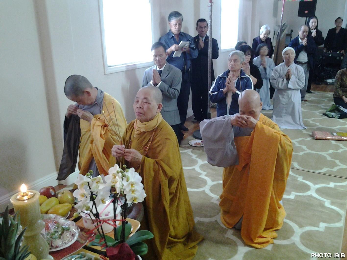Sư Bà Thích Nữ Nguyên Thanh đảnh lễ trước Linh đài HT Cố Viện trưởng
